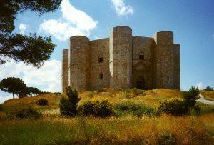 Le castel del Monte est un château italien du xiiie siècle construit par l'empereur du Saint Empire, Frédéric II de Hohenstaufen, situé dans le hameau du même nom faisant partie de la commune d'Andria, à 70 km à l'ouest de Bari, dans les Pouilles.